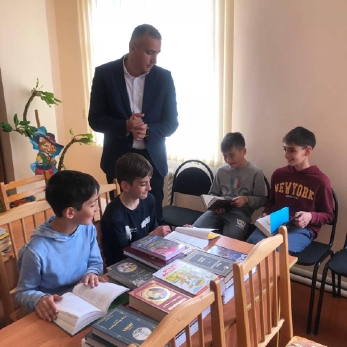 «Единая Россия» передала художественную литературу сельским библиотекам